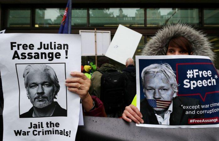 Julian Assange pide una computadora para defenderse