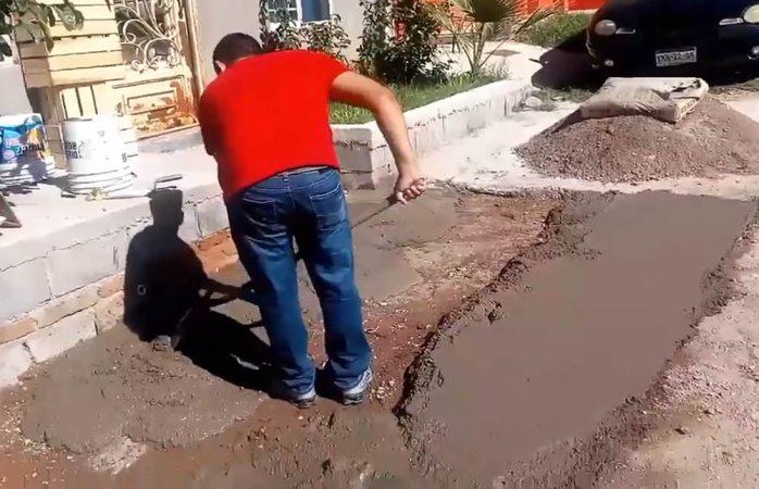 Ciudadano pavimenta calle de su colonia