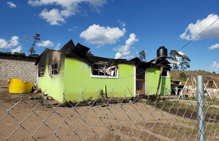 Hallaron 3 camionetas baleadas y dos casas quemadas en Madera