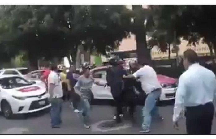 Graban a taxistas golpeando a repartidores de comida