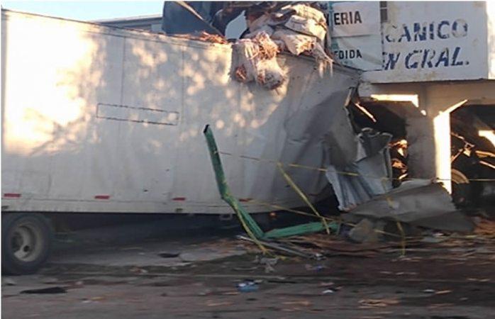 Le fallan los frenos a tráiler y choca contra 5 vehículos en Cuauhtémoc