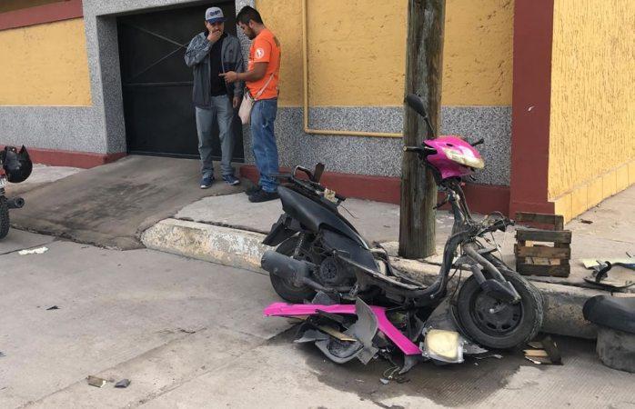 Motociclista queda lesionada tras fuerte choque (VIDEO)