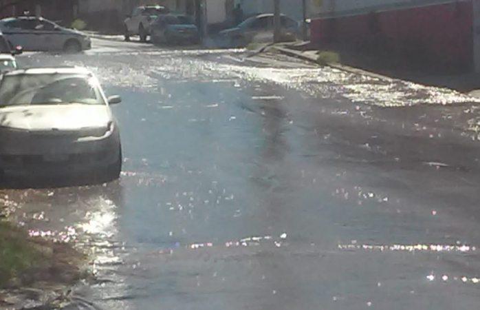Súper fuga de agua en la avenida 20 de noviembre