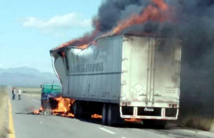 Se incendian tráilers tras fuerte choque en la carretera a juárez