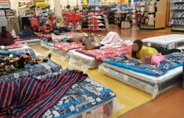 Duermen en Walmart tras fuertes balaceras en Culiacán