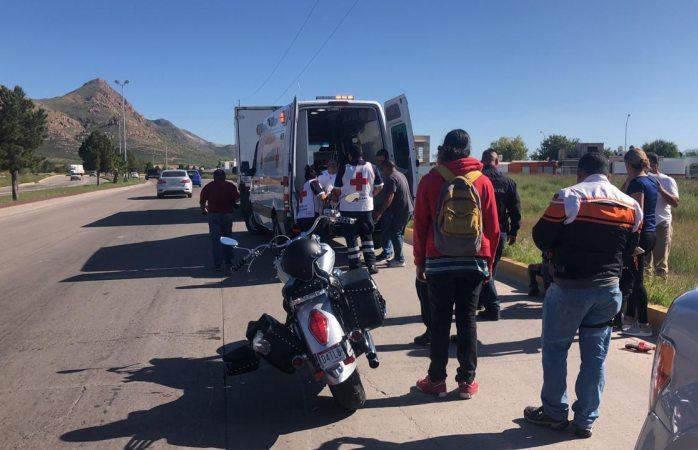 Resultan heridos motociclistas al derrapar