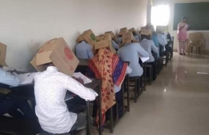 Alumnos son obligados a usar cajas en la cabeza para no copiar