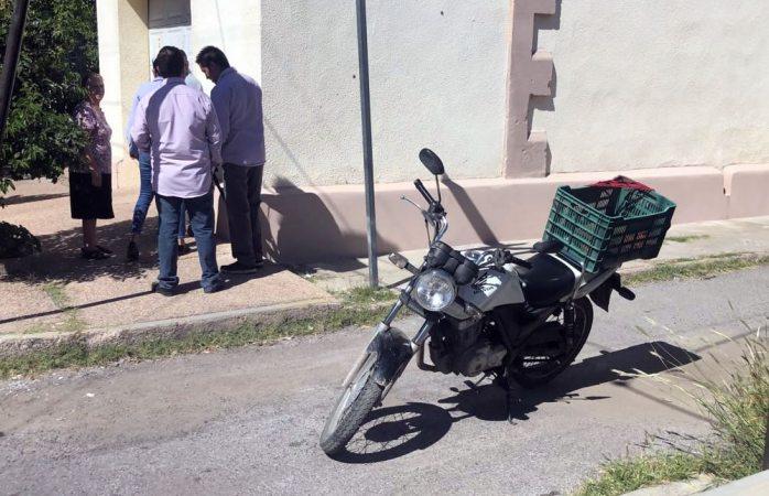 Sufre heridas leves tras derrapar y caer de su motociclista