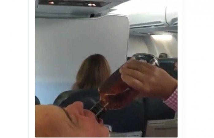 Le da un trago a botella ante anuncio de falla de motor en avión