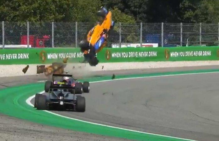 Un auto de fórmula 3 sale volando