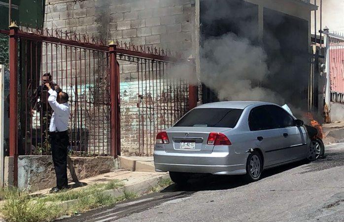 Voraz incendio consume auto en el saucito