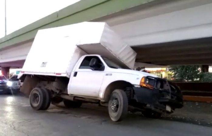 Se queda atorado camión de carga en puente de canal