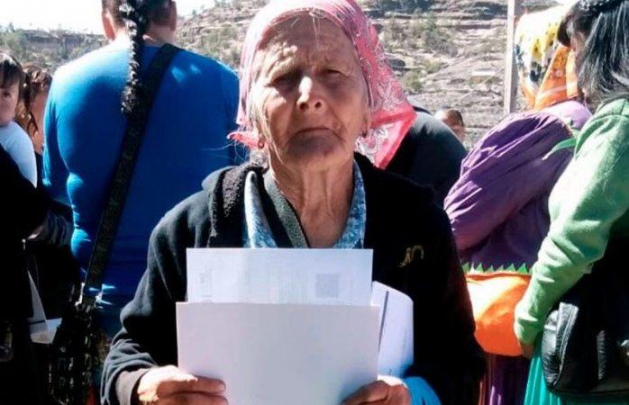 Mujer tarahumara de 81 años termina la primaria… y va por su secundaria