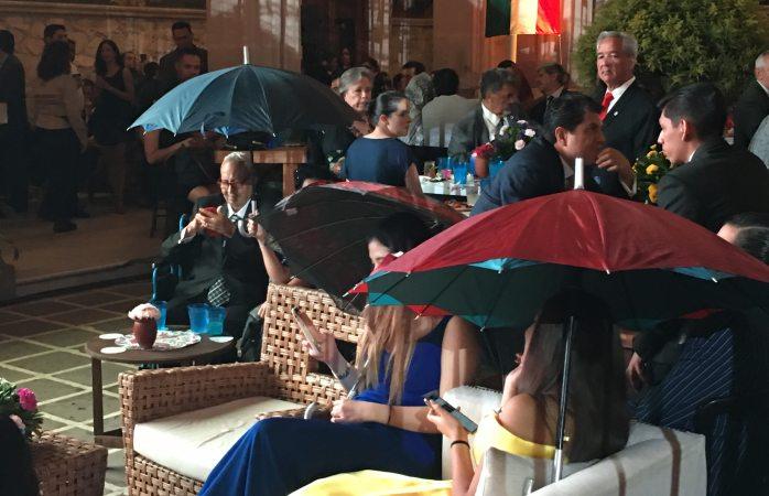 También llueve adentro de palacio