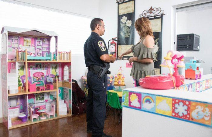 Resguardan municipales a niña de 3 años extraviada