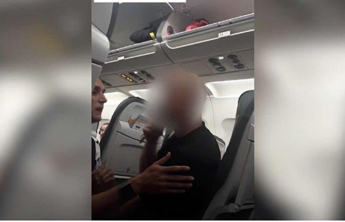 Lo expulsan de vuelo al amenazar a azafato con cortarle la cabeza