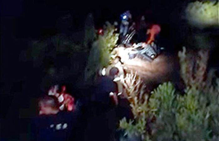 Rescatan a familia que era arrastrada por arroyo (VIDEO)