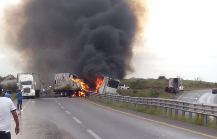 Se incendia camión en carretera a delicias