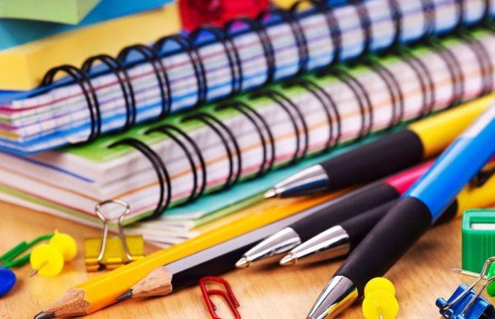 Roba niño útiles escolares en tienda para hacer su tarea
