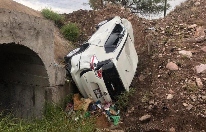 Cae camioneta a canal en carretera a delicias