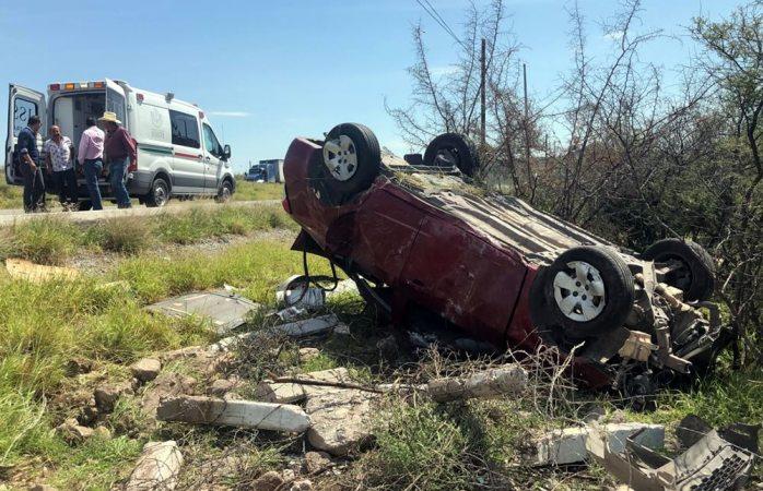 Aparatosa volcadura en la carretera a delicias deja un herido