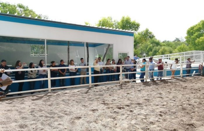 Renueva gobierno municipal el centro de equinoterapia con sala de espera, grada y mobiliario