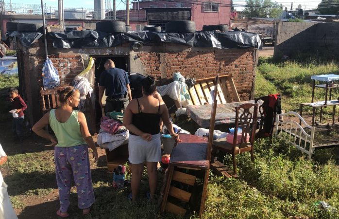 Desalojan a familia de finca inundada a punto de caer