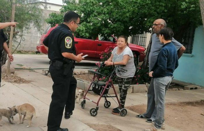 Apoyan policías municipales a mujer en situación precaria