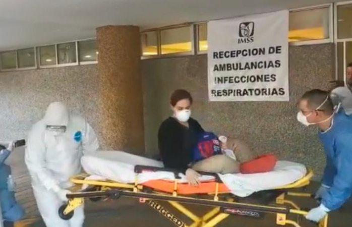 Entre aplausos sale de hospital mujer curada de coronavirus (VIDEO)