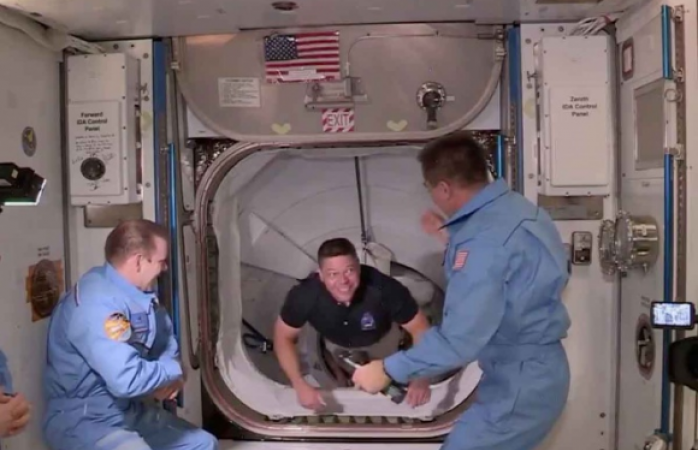 Sale de estación espacial rumbo a la tierra cápsula de space x