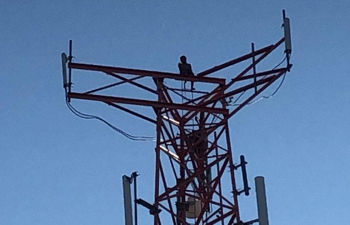 Lleva 10 horas arriba de la antena; dice que no bajará