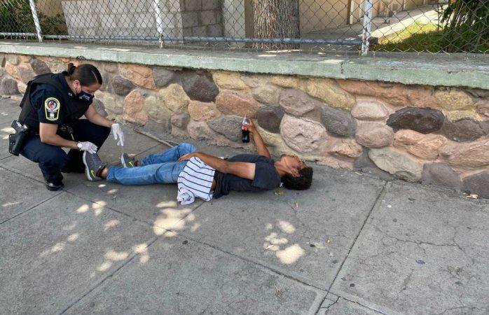 Atiende agente municipal a golpeado en el centro