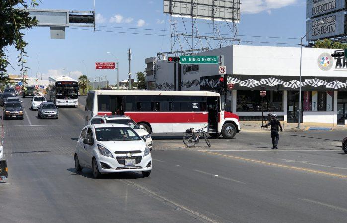 Se queda camión tirado a media niños héroes