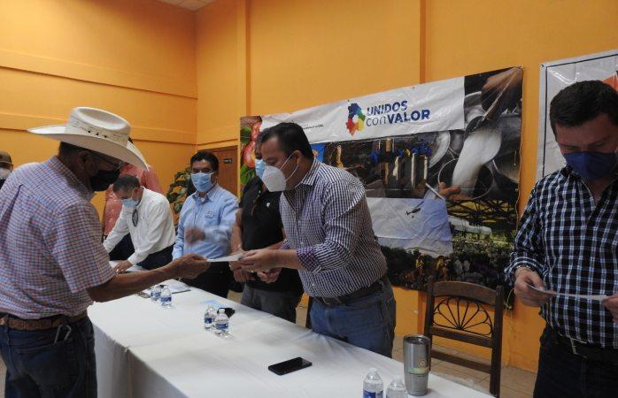 Gestiona alcalde y diputado apoyo a 100 agricultores de Rosales