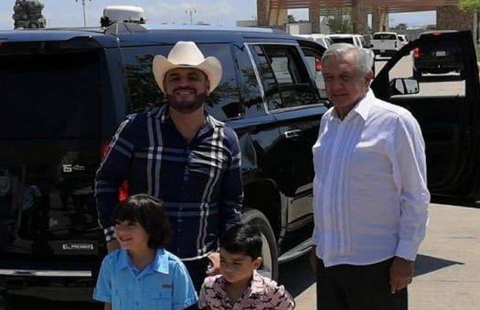Komander le pide una foto a Amlo durante gira por Sinaloa