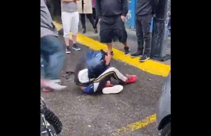 Someten a presunto delincuente y lo golpean hasta hacerlo llorar