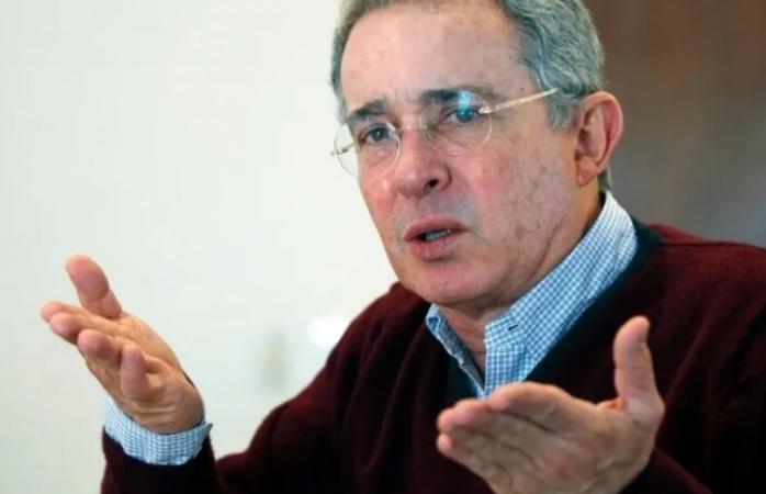Expresidente colombiano da positivo a covid tras detención domiciliaria