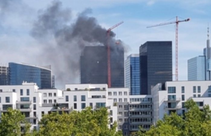 Se incendia torre del world trade center de Bruselas, Bélgica