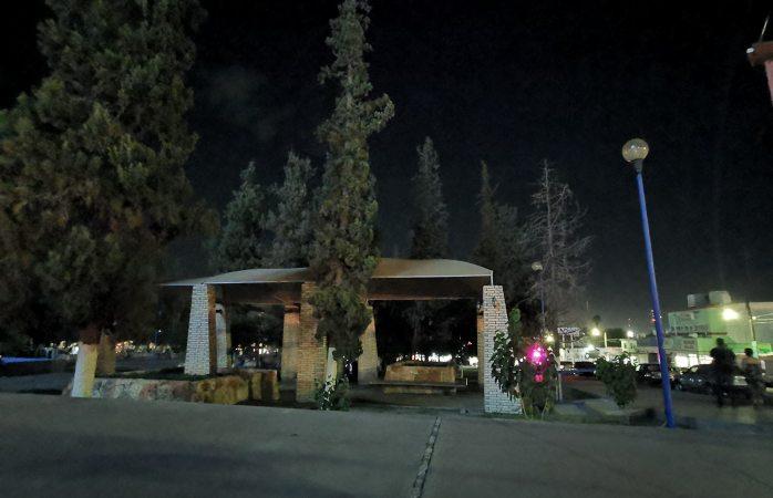 Apagan luces de plazas para evitar aglomeración