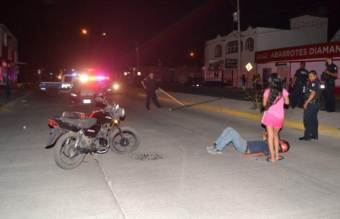 Cae poste sobre motociclista y resulta herido en Riveras de Sacramento