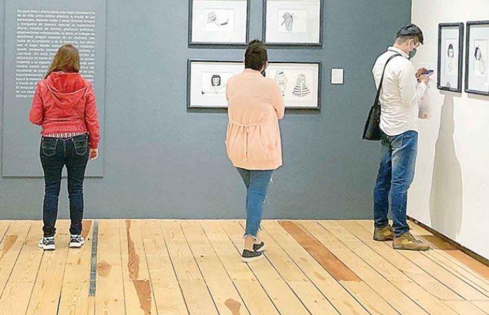 Mon Laferte atrae a visitantes al Museo de la CDMX