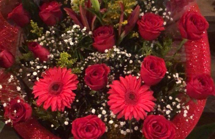Se preparan vendedores con flores y arreglos para San Valentín