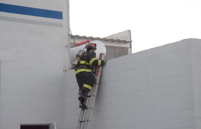 Revisan bomberos fuga de gas en Nombre de Dios