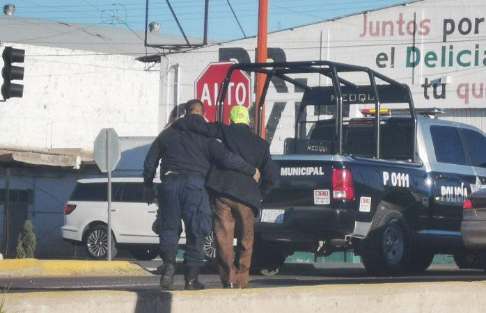 Conmovedor: policías de Meoqui ayudan a adulto mayor a cruzar la calle