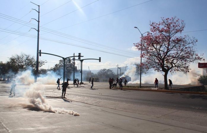 Policías reprimen a padres y normalistas en Chiapas