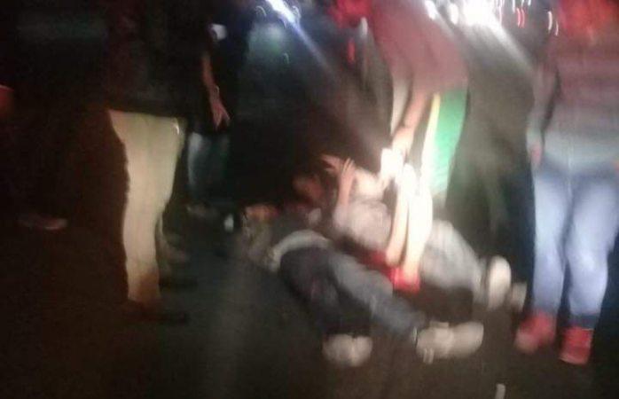 Embiste Aveo a motociclistas y huye; los reportan graves