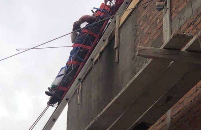 Rescatan a dos obreros en la Dale tras recibir descarga eléctrica