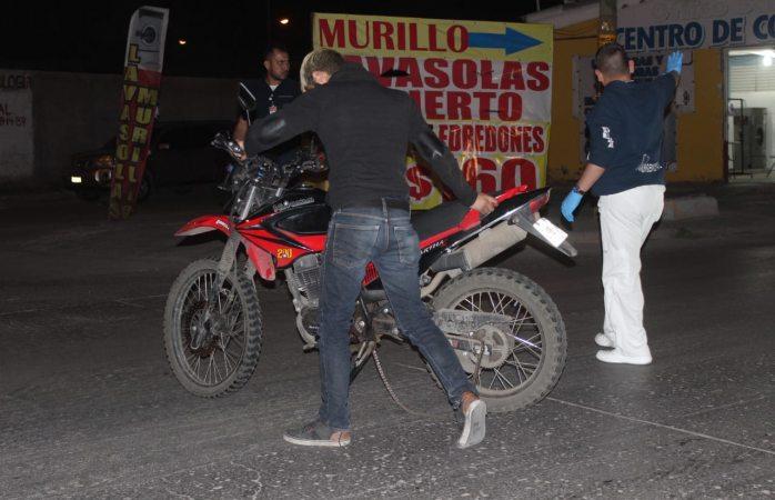 Derrapa motociclista de Uber eats en la nueva España y resulta herido leve