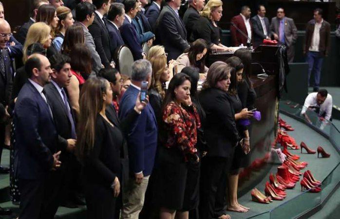 Con pañuelos morados y zapatillas rojas, protestan en San Lázaro por feminicidios