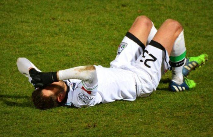 Suspenden a futbolista 5 años por morderle el pene a su rival